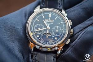 Patek-Philippe-Chronograph-Perpetual-Calendar-Blue-5270G_glove_560